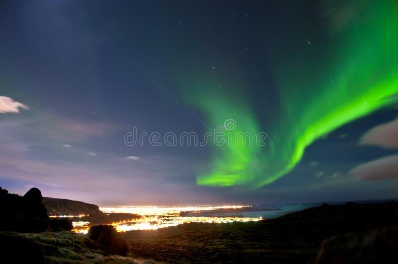 Aurora boreal sobre Reykjavik Islandia foto de archivo libre de regalías
