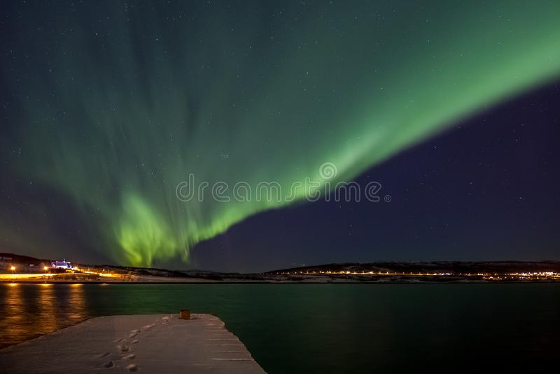 Aurora boreal sobre um fiorde em Noruega fotos de stock