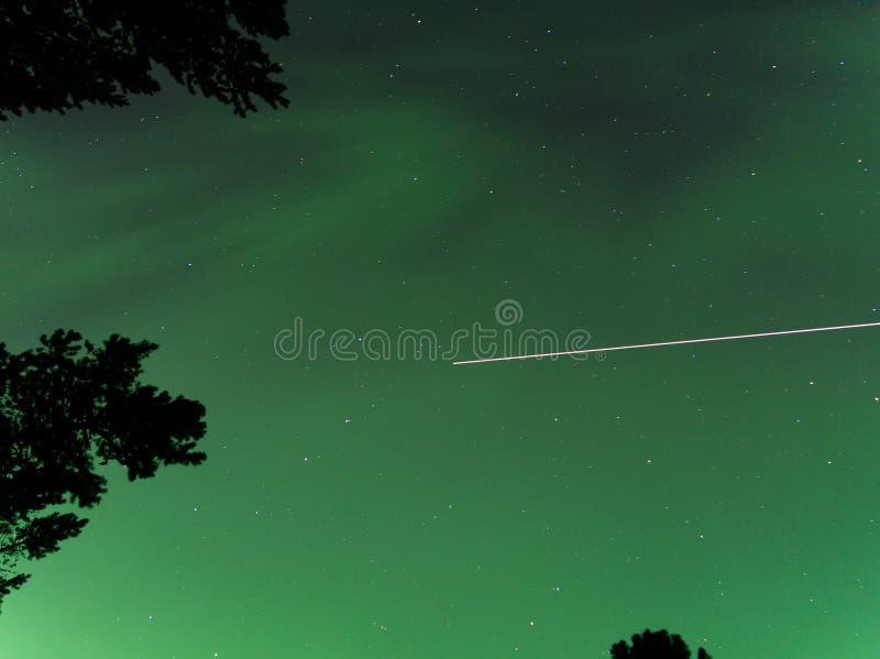 Aurora boreal a través de un cielo oscuro, estrellado imagen de archivo libre de regalías