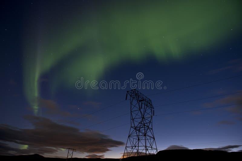 Aurora boreal verde em um céu noturno azul com estrelas, aurora borealis em Islândia fotografia de stock royalty free