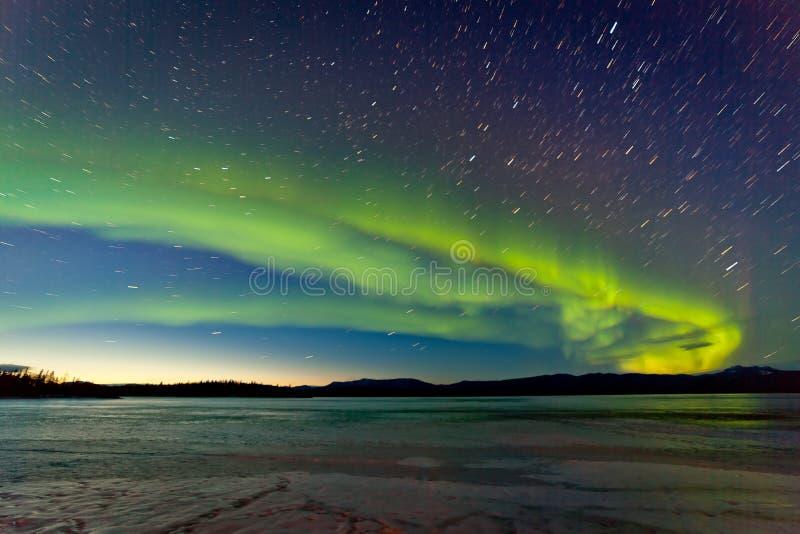 Aurora boreal y amanecer de la mañana sobre el lago congelado foto de archivo