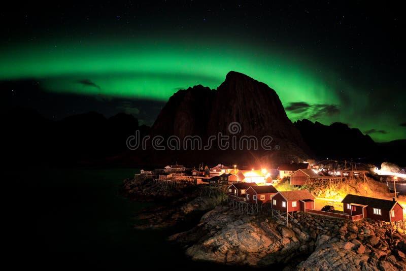 Aurora boreale sopra il vilage di Hamnoy fotografia stock libera da diritti