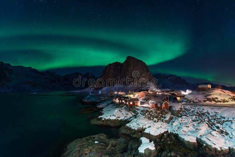 Aurora boreale sopra il villaggio di Hamnoy alla notte nella stagione invernale, isole di Lofoten, Norvegia immagini stock libere da diritti