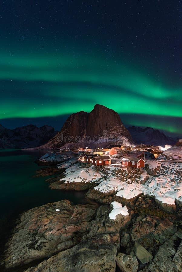 Aurora boreale sopra il villaggio di Hamnoy alla notte nella stagione invernale, isole di Lofoten, Norvegia immagine stock