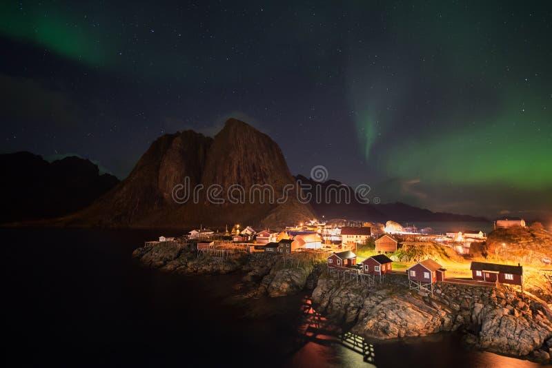 Aurora boreale sopra il villaggio di Hamnoy, isole di Lofoten, Norvegia immagine stock