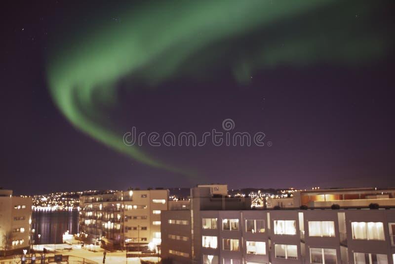 Aurora boreale sopra la città di Tromso fotografia stock