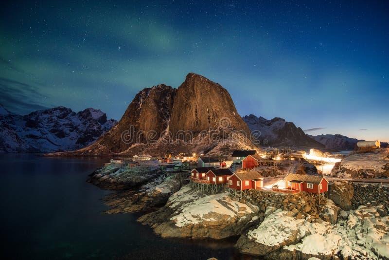 Aurora boreale sopra la montagna in paesino di pescatori a Hamnoy immagine stock