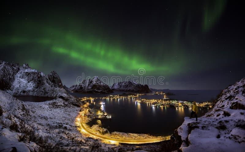 Aurora boreale sopra Reine, Norvegia fotografie stock libere da diritti
