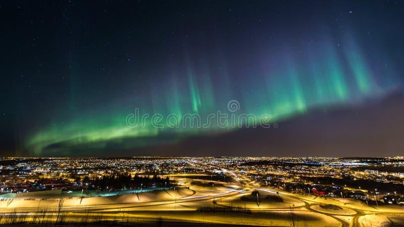 Aurora boreale sopra una città fotografie stock libere da diritti