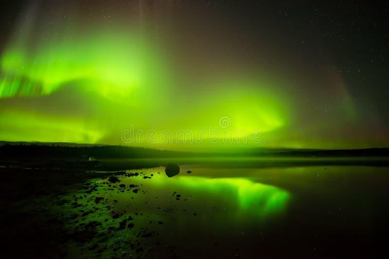 Aurora boreale sul lago fotografia stock