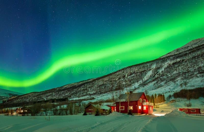 Aurora boreale verde sopra la contea rurale della Norvegia del Nord fotografia stock
