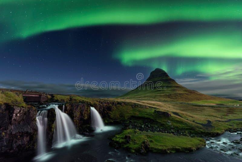 Aurora Borealis över Kirkjufell i Island arkivfoton