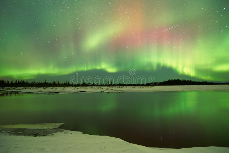 Aurora Borealis över sjön arkivfoton