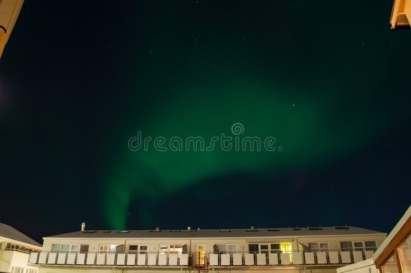 Aurora borealis über einem Gebäude in Reykjavik Island stockfotografie