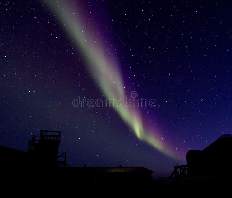 Aurora Borealis au-dessus d'une silhouette de bâtiment photographie stock