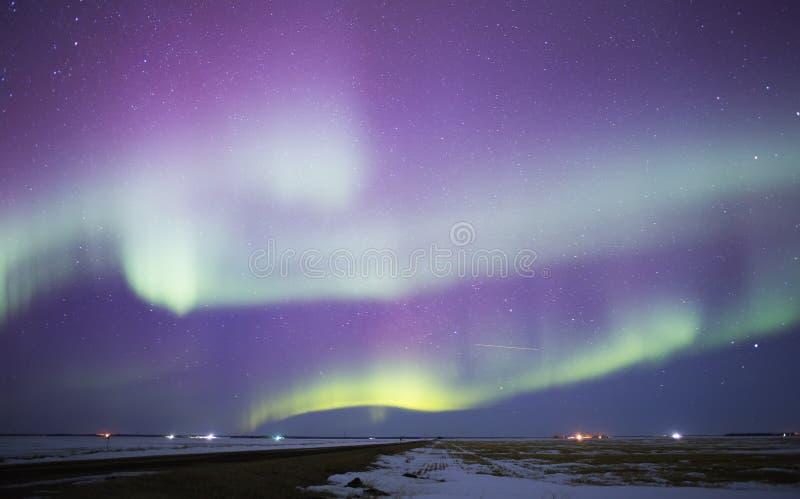 Aurora borealis au-dessus de paysage rural photos libres de droits