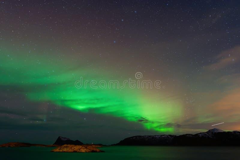 Aurora Borealis avec l'étoile filante image stock