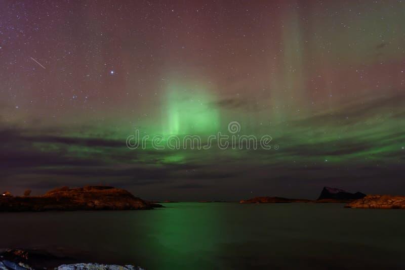 Aurora Borealis avec l'étoile filante images libres de droits