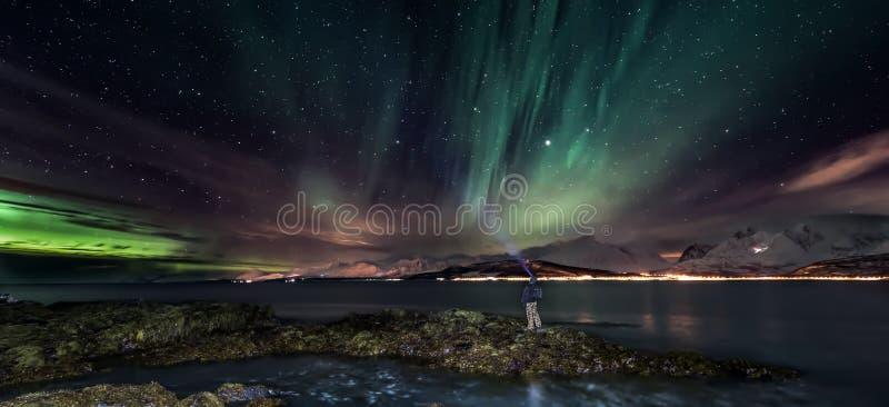 Aurora borealis - aurora boreale, Norvegia del nord - insegna fotografia stock