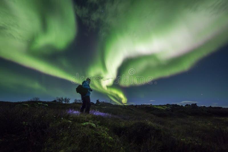 Aurora borealis boven een persoon royalty-vrije stock fotografie