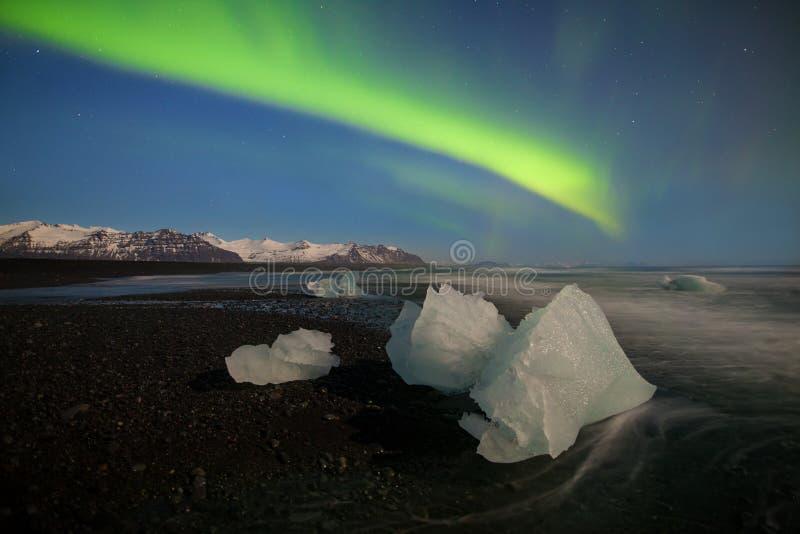 Aurora borealis boven het overzees De Lagune van de Jokulsarlongletsjer, IJsland Groene noordelijke lichten Sterrige hemel met po stock fotografie