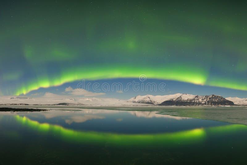 Aurora borealis boven het overzees De Lagune van de Jokulsarlongletsjer, IJsland Groene noordelijke lichten Sterrige hemel met po royalty-vrije stock afbeelding