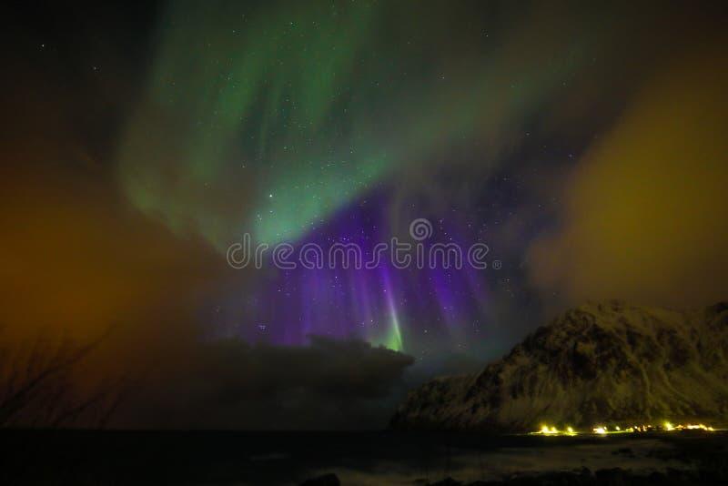 Aurora Borealis colorido surpreendente igualmente sabe como a aurora boreal no céu noturno sobre Lofoten ajardina, Noruega, Escan fotos de stock