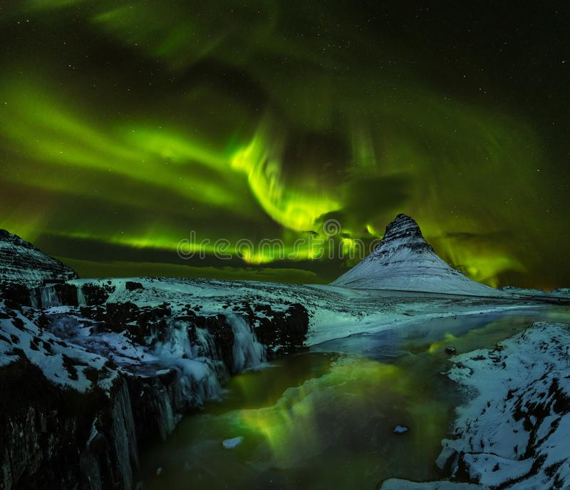 Aurora borealis com a montanha no inverno, Islândia de Kirkjufell foto de stock