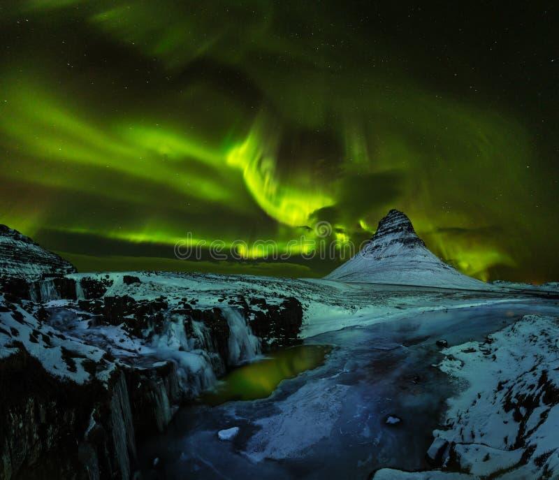 Aurora borealis con la montagna nell'inverno, Islanda di Kirkjufell fotografie stock