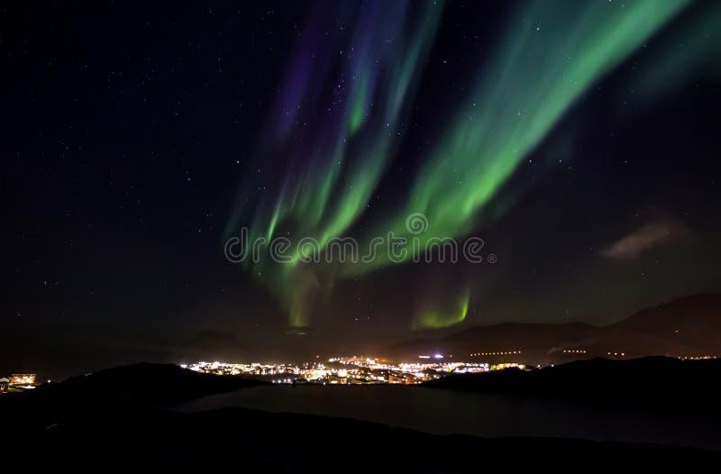 Aurora Borealis con le stelle brillanti sul cielo sopra le montagne fotografia stock