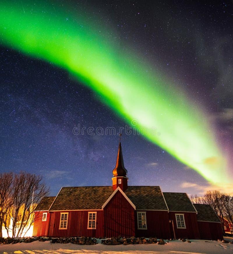 Aurora borealis con stellato sopra il santuario della chiesa alla notte fotografia stock