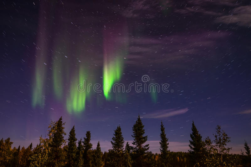 Aurora Borealis dans le ciel nocturne de Yellowknife, Northest Territoeis photos stock