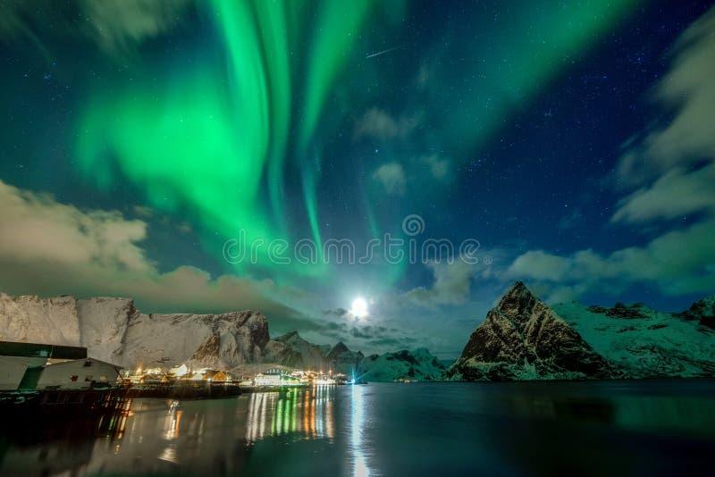Aurora Borealis dans Reine, archipel de Lofoten, Norvège dans l'horaire d'hiver photos stock