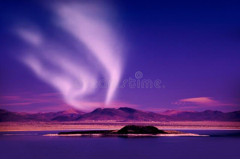 Aurora borealis de lumières du nord dans le ciel nocturne au-dessus du beau paysage de lac images stock