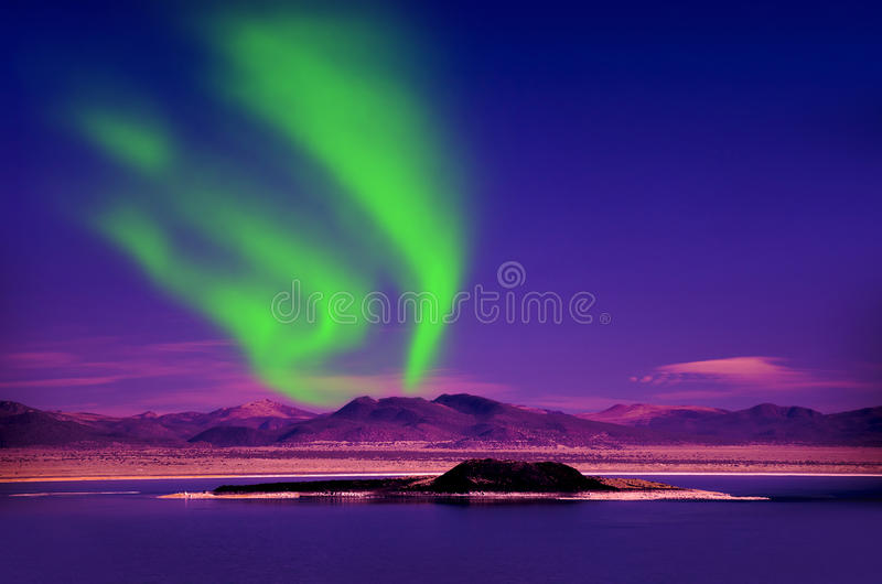 Aurora borealis de lumières du nord dans le ciel nocturne au-dessus du beau paysage de lac images libres de droits