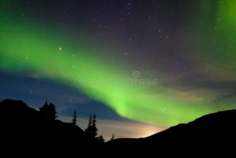Aurora borealis dell'aurora boreale delle colline di aumento della luna fotografie stock libere da diritti