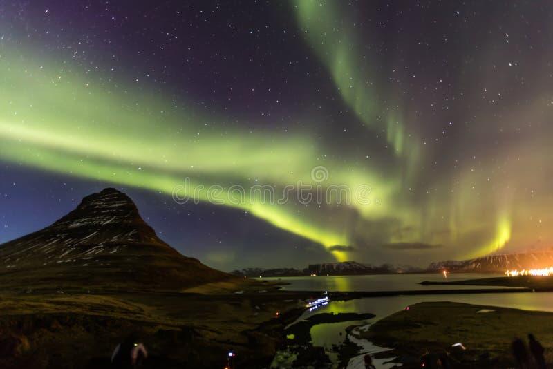 Aurora borealis della luce nordica a Kirkjufell Islanda con completamente fotografia stock