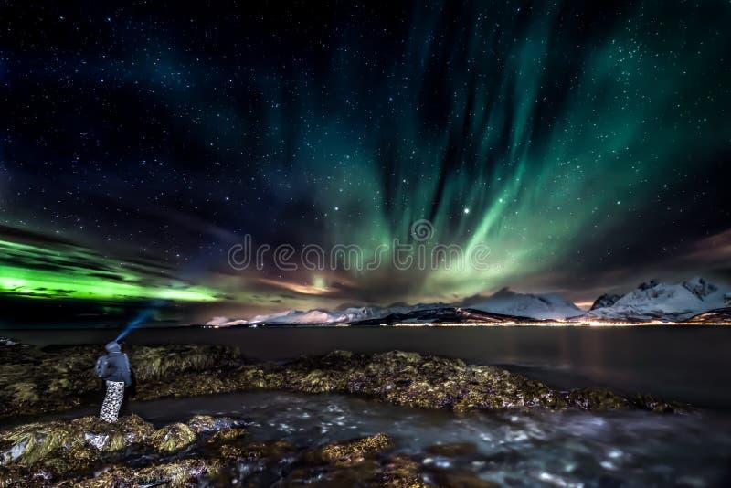 Aurora borealis di stupore - aurora boreale fotografia stock libera da diritti