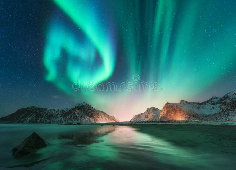 Aurora borealis em ilhas de Lofoten, Noruega imagem de stock
