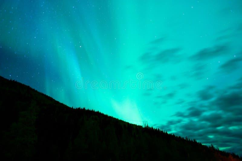 Aurora Borealis emerge tramite la ripresa esterna Alaska delle nuvole fotografie stock libere da diritti