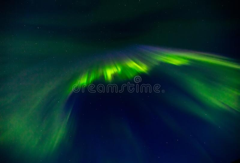 Aurora borealis en el cielo estrellado de la noche imagen de archivo