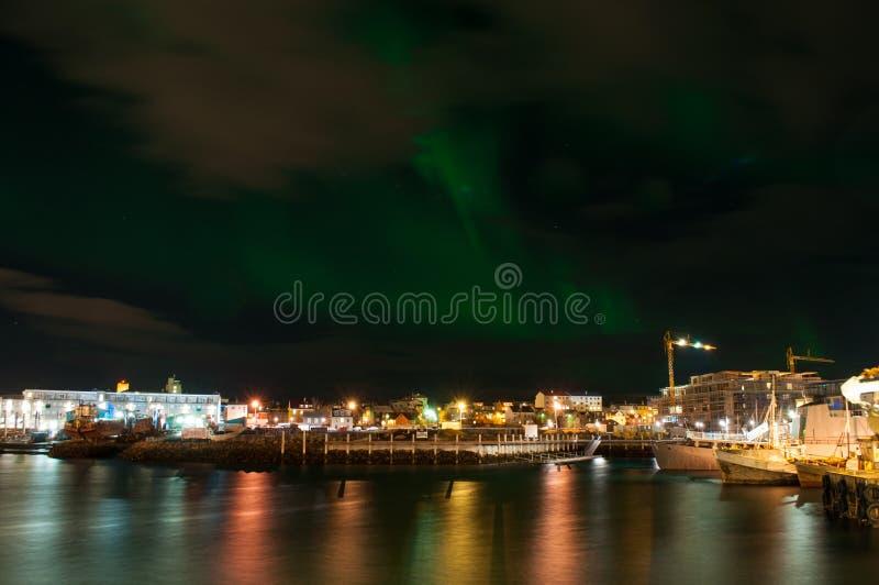 Aurora borealis en el puerto de Reykjavik en Islandia fotografía de archivo