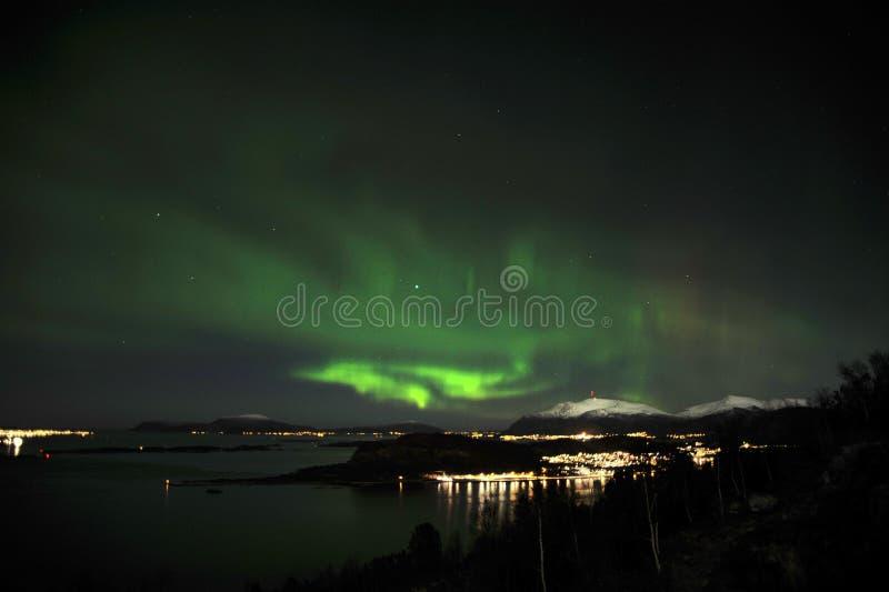 Aurora borealis et étoiles de lumières du nord au-dessus des arbres et des montagnes photographie stock
