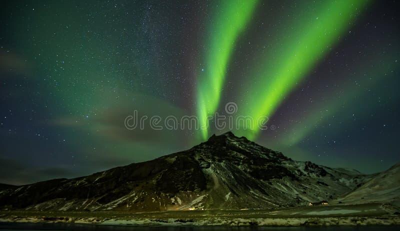 Aurora borealis hermoso en Islandia, tiro en perio temprano del invierno fotografía de archivo