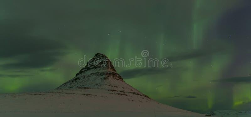 Aurora Borealis intorno alla montagna di Kirkjufell immagine stock libera da diritti