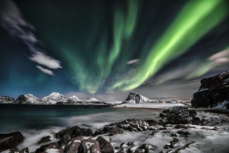 Aurora Borealis La signora verde che esegue una grande manifestazione nella notte fotografia stock
