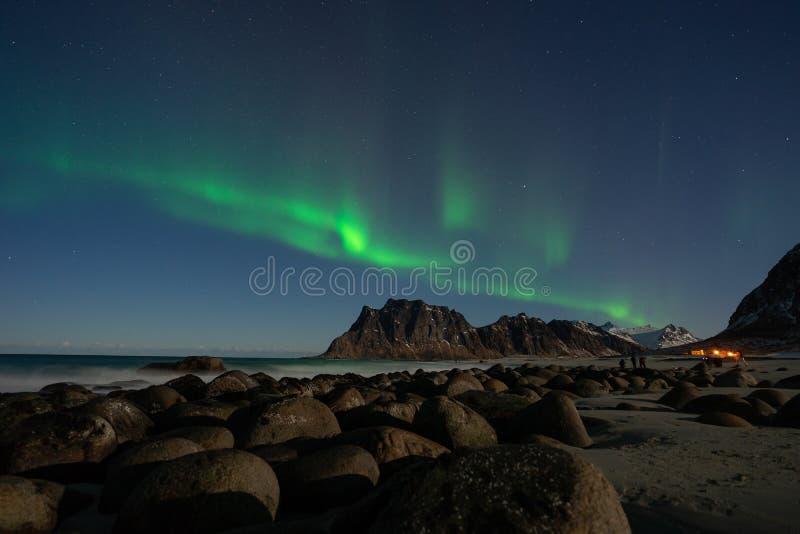 Aurora borealis, lumière de nord au-dessus de plage d'Uttakleiv dans l'archipel de Lofoten, Norvège, Scandinavie image libre de droits