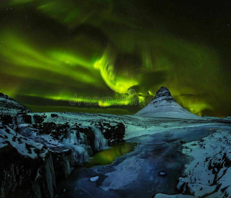 Aurora borealis mit Kirkjufell-Berg im Winter, Island stockfotos