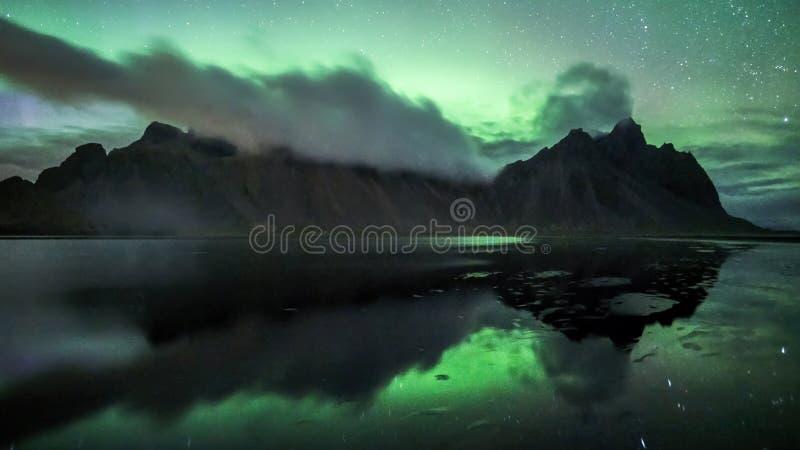 Aurora Borealis na exposição na montanha icónica de Vestrahorn em Stokksnes, Islândia do leste imagens de stock royalty free