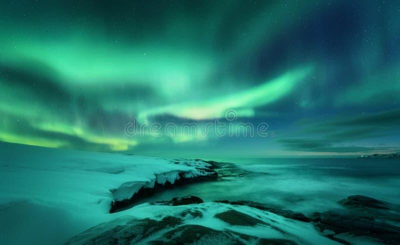 Aurora borealis nad oceanem P??nocni ?wiat?a w Teriberka, Rosja obrazy stock